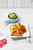 Hähnchenkeulen mit Zitronen und Kartoffeln, als Beilage gedämpfter Brokkoli mit Mandelblättchen