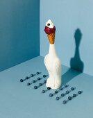 Eistüte mit Heidelbeer-Vanille-Eis in einer Vogelfigur