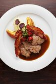 Glazed veal liver with apple, bacon and mashed potatoes (Austria)