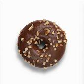 Nutella-Doughnut mit Schokoladenglasur und gehackten Haselnüssen