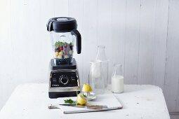 Mixer und Küchenutensilien für die Smoothie-Zubereitung