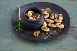 Spicy crunchy almonds