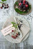 Gedeck mit Brombeeren und Schokoladenkaviar
