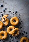 Blaubeeren-Ricotta-Donuts mit salziger Karamell-Schokoladen Glasur