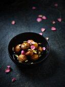 Gulab Jamun (Indische Teigbällchen) mit Pistazie und Rosensirup