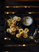 Kesar Peda (Indische Milchbonbons) mit gerösteten Pinienkernen und Meersalzstückchen