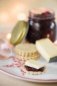 Cracker mit Käse und Zwiebelchutney zu Weihnachten