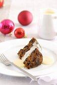 Ein Stück Christmas Pudding mit Vanillesauce