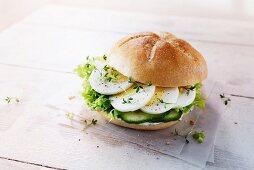 Brötchen mit Ei, Gurke, Salat und Kresse