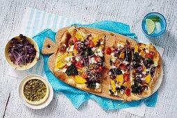 Avocado Naan mit Kürbis, Feta, Gemüse und Radieschensprossen