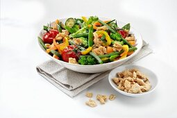 An organic vegetable salad with crispy cereals