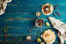 Kokosmehl-Tacos mit Pulled Pork, Pfirsichsalsa und Bohnenmus (Mexiko)