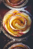 Apfelrosen mit Aprikosen und Puderzucker