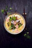 Tom Kha Soup with salmon, cod, broccoli, zucchini, coriander and sprouts (Thailand)