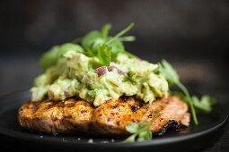 Gegrillter Lachs mit Avocadocreme