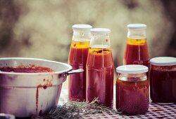 Tomatensugo in Gläsern und Flaschen
