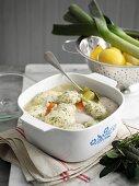 Hähnchen-Lauch-Suppe mit Petersilienknödeln