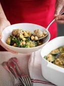 Hot Pot mit Curry-Hackbällchen, Kichererbsen, Zucchini und Spinat