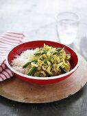 Gemüseeintopf mit Bohnen und Kohl, dazu Reis