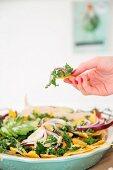 Nachos mit Grünkohl, Avocado und roten Zwiebeln (Vegan)