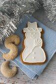 Snowman biscuits with Vanillehörnchen (crescent-shaped vanilla biscuits)