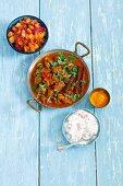 Lammcurry mit Tomaten, Mangochutney und Raita