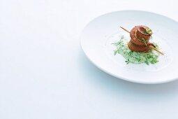 Spiess mit geräuchertem Saibling auf Gurken-Kräuter-Sauce
