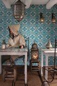 Mann trinkt Pfefferminztee in einem Cafe in Marrakesch (Marokko)