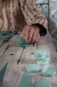 Backgammon-Spiel auf Tisch in einem Cafe in Marrakesch (Marokko)