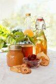Stillleben mit verschiedenen selbstgemachten Produkten aus Quitten