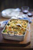 Nudelauflauf mit Käse, Hähnchen und Brokkoli