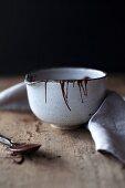 Keramikschale mit flüssiger Schokolade