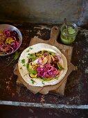 Tortillas mit bunten Rote-Bete-Spiralen und Hühnerbrust