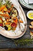 Ofengeröstetes Gemüse mit Rosmarin auf silberner Servierplatte