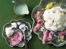 Gekochter Blumenkohl mit Roastbeef & Kräutersauce