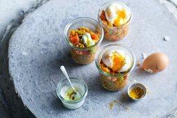 Eier im Glas mit Currylinsen