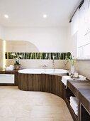 Organische Badgestaltung mit Ablageflächen und floraler Fotopaneel