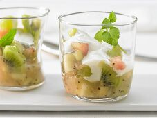 Green fruit jelly with yoghurt