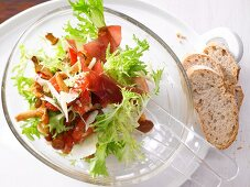 Chanterelle and curly endive salad with Grisons air-dried beef
