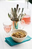 Spicy peanuts and rosé wine