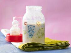 Mehrkorn-Trinkbrei mit Melone in Babyflasche