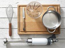 Küchenutensilien für die Zubereitung von Babybrei