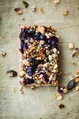 An oatmeal bar with blueberries and pumpkin seeds (Superfood)
