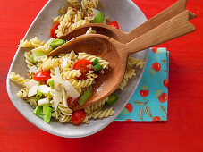 Spiral pasta with tomato, leek and nuts