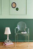 Güne Wandverkleidung mit Zierleisten und Biedermeier-Flair, Vintage Tischleuchte neben Klassikerstuhl