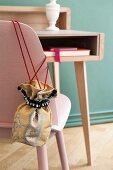 DIY-Stoffbeutel aus elegantem Biedermeierstoff an rosafarbener Stuhllehne