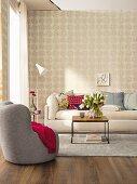 Vliestapete mit Rosettenmuster in gemütlichem Wohnzimmer