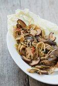 Austernpilze mit Thai-Basilikum und Sojabohnensprossen (Asien)