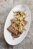 Enoki-Pilze mit mariniertem Tofu