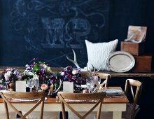 Hochzeitstisch mit üppigen Blumensträussen in Landhausstil